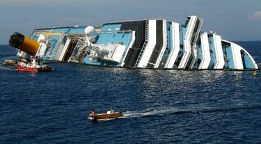 A boat sails past capsized cruise liner Costa Concordia near the harbour of Giglio Porto June 14, 2012.    REUTERS/Arnd Wiegmann