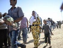 Thousands of Syrian Kurds flee to Turkey_2