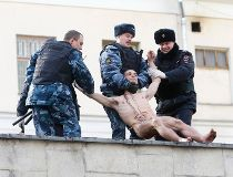 Interior Ministry members detain artist Pyotr Pavlensky