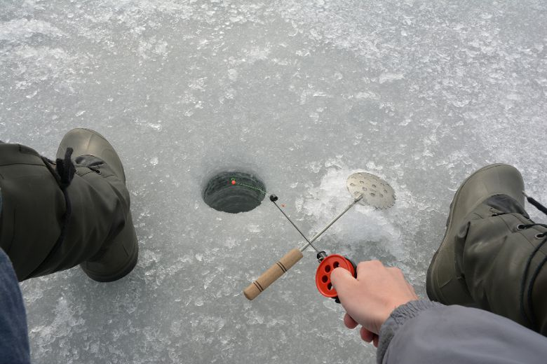 Blizzard strands 20 ice fishers on lake winnipeg 2 men for Ice fishing at night