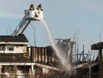 Edmonton fire crews battle blaze at west Edmonton apartment complex_1